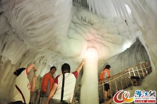7月25日,在山西省忻州市宁武县,游客们参观万年冰洞。中新社发 韦亮 摄