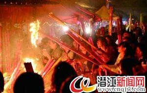 """安徽千名家长拜毛坦厂中学""""神树""""险酿火灾(图)"""