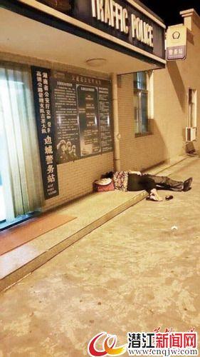 夫妻俩凌晨在警务室门口打地铺只为蹭WIFI(图)