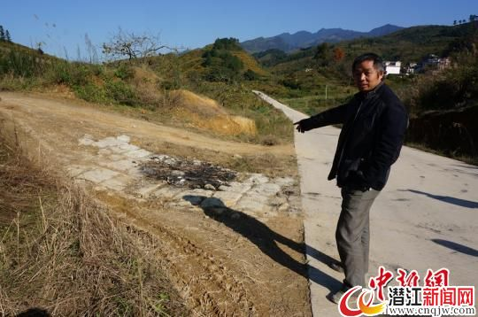 图为事发地村民们烧毁摩托车留下的痕迹清晰可见。 唐梦宪 摄