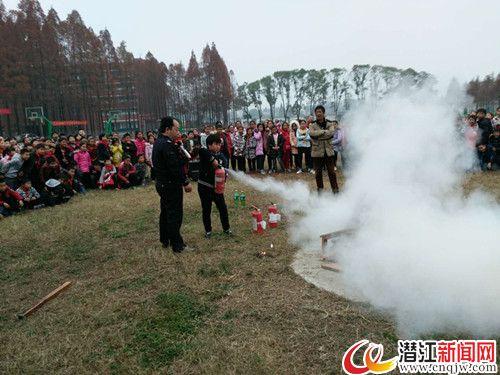 """消防演习进校园 学生过足""""灭火瘾"""""""