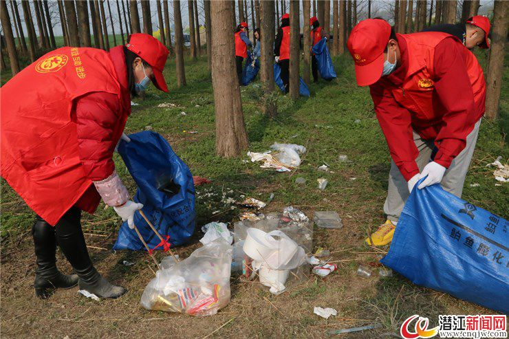 潜江集中开展东荆河大堤生态环境保护志愿服务活动